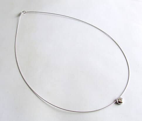 Wit gouden spang collier met diamanten hanger