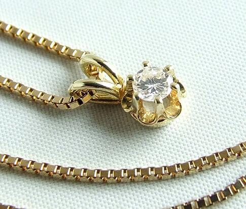 Gouden collier en diamanten hanger