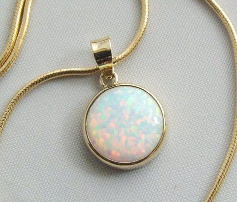 Gouden collier met opaal hanger