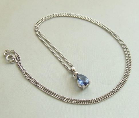 Wit gouden collier met saffier hanger