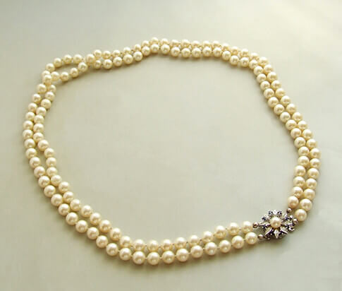 Parel collier met saffier en diamanten slot