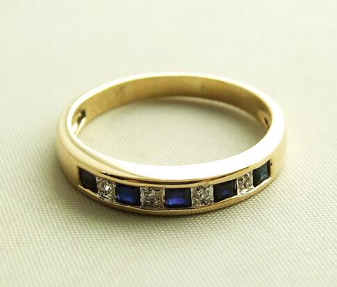 Geel gouden ring met diamant en saffier