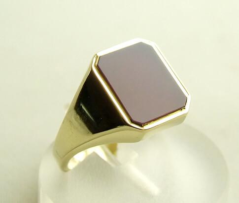 Gouden zegelring met paarse lagensteen