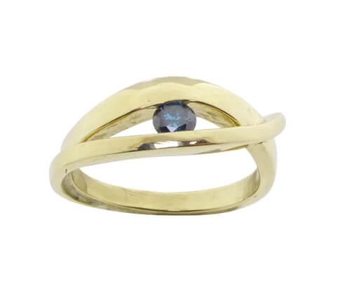 Geel gouden ring met blauwe diamant