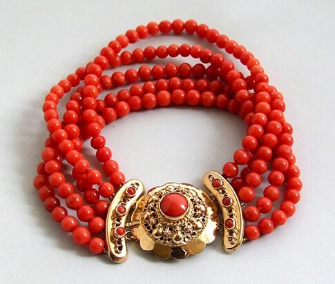 Armband met bloedkoraal en gouden slot
