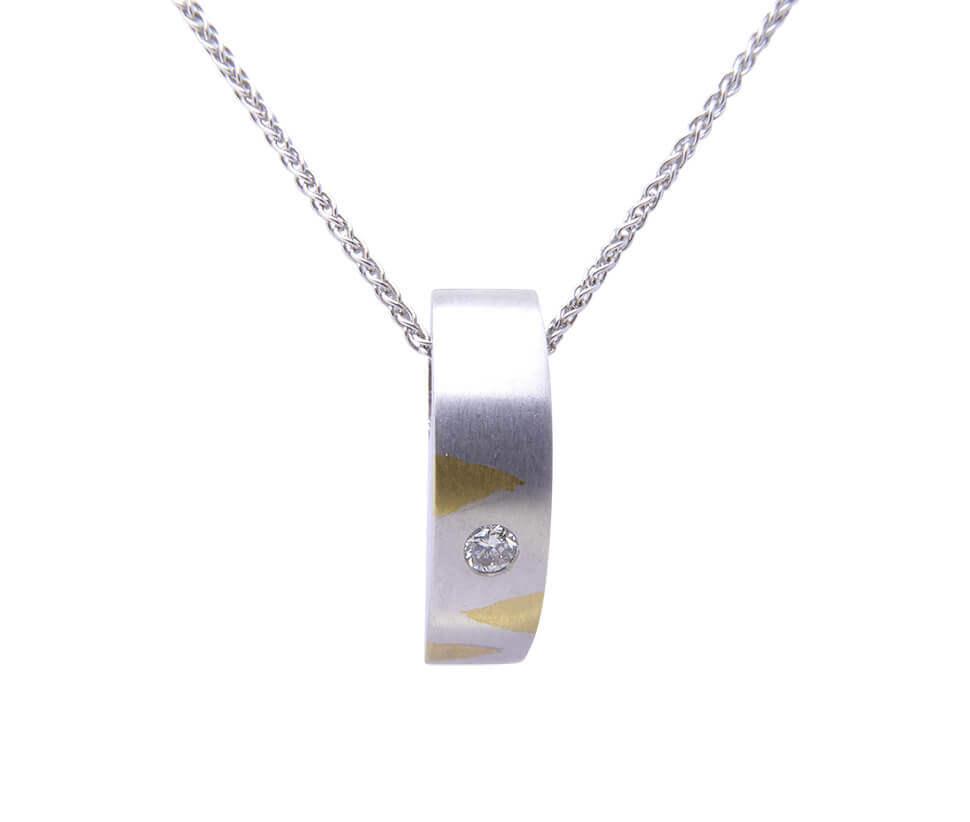 Wit gouden gebogen hanger met diamant
