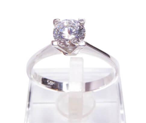 Wit gouden ring met solitair diamant