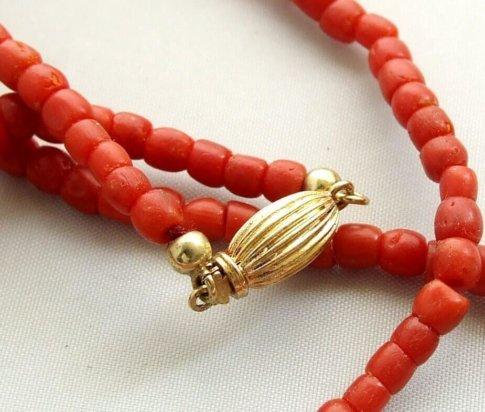 Bloedkoraal collier met geel gouden slot