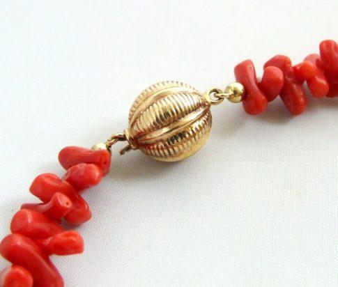 Bloedkoraal collier met gouden balletjes slot