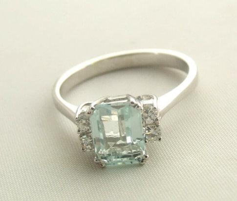 Wit gouden ring met aquamarijn en diamant