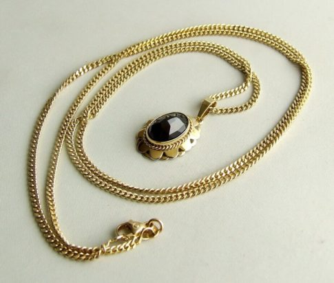Gouden collier en hanger met granaat