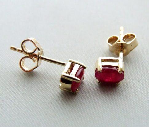 Gouden oorbellen met synthetische robijn