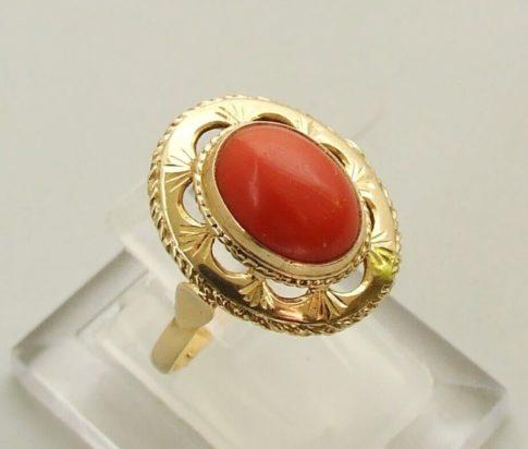 14 karaat geel gouden ring met bloedkoraal