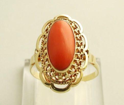 Gouden vintage ring met bloedkoraal