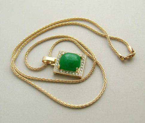 Gouden collier met nefriet hanger