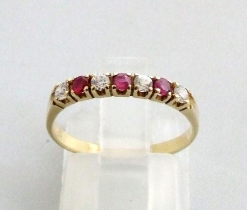 Gouden ring met zirkonia en robijn
