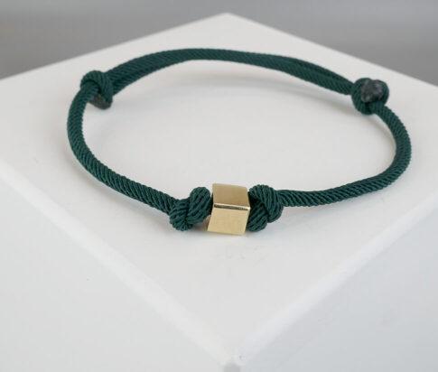 Donker groene armband met gouden kubus